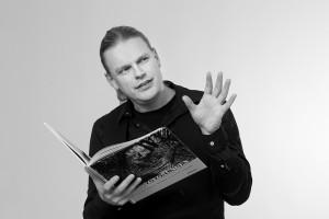 Michael Helm lesend, fotografiert von Jürgen Escher